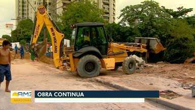 Tubulação se rompe após entupimento e cratera se abre no meio de avenida, em Manaus - Prefeitura trabalha na recuperação da cratera na avenida.