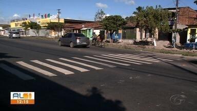 Moradores pintam faixa de pedestre no bairro da Levada - Eles reclamam que fizeram solicitação, mas nunca foram atendidos pela SMTT.