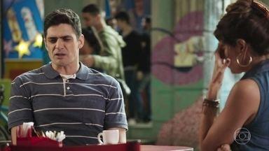 Marco se ofende com desconfiança de Carla - Carla questiona se o namorado faz parte da milícia. Marco pensa em como contar para Anjinha a decisão de Cléber de ir para a Bahia