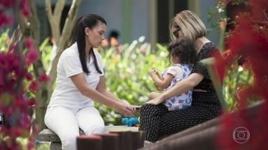 Cida oferece apoio a Lígia - Lígia diz à babá que prefere ficar um pouco sozinha com a filha para espairecer