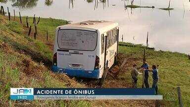 Passageiros ficam feridos após ônibus cair em ribanceira - Passageiros ficam feridos após ônibus cair em ribanceira