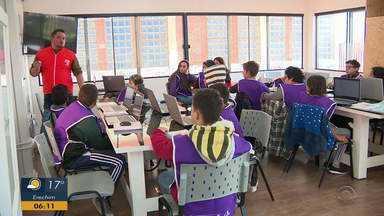 Projeto piloto oferece aulas de reforço em contraturno escolar - Reforços tem estrutura tecnológica para os alunos.