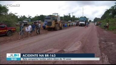 Homem morre em acidente com rolo compactador na BR-163, em Santarém - O equipamento usado para nivelar o solo estava sendo colocado em cima de uma carreta, mas acabou tombando.