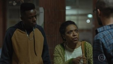 Dona Maria decide frequentar o colégio como ouvinte - Cleiton se revolta com a atitude da mãe