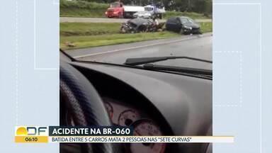 Acidente mata dois na BR-060 - Cinco carros se envolveram em acidente que deixou dois mortos e três feridos. Pista molhada causou derrapagem de veículo.