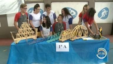 Estudantes de Atibaia aprendem física na prática - Alunos se dividem em grupos para fazer experimentos da física.