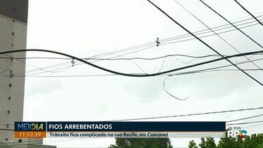 Caminhão arrebenta fios em acidente na Rua Recife - Moradores ficaram sem internet e telefone na região do Bairro Tropical, no começo da tarde desta quarta-feira (11).