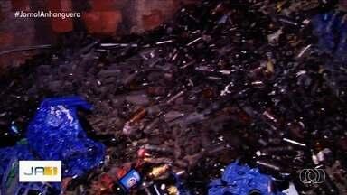 Fogo destrói distribuidora de bebibas, em Goiânia - Cerca de 200 engradados de cerveja foram para o lixo.