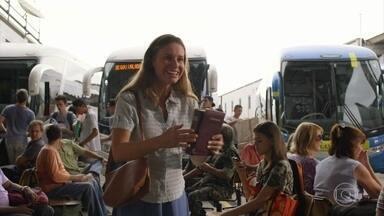 Dolores se prepara para viajar para o Rio de Janeiro - Dolores prega palavras religiosas na rodoviária