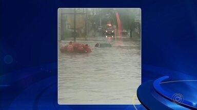 Temporal alaga ruas e deixa veículos submersos em Avaré - Um temporal provocou alagamentos e deixou veículos submersos em ruas de Avaré (SP), nesta quarta-feira (11).