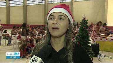 Estudantes de universidade se vestem de Papai Noel em festa para crianças em Garanhuns - Alunos pegaram cartinhas em um dos bairros atendidos pelo CRAS.