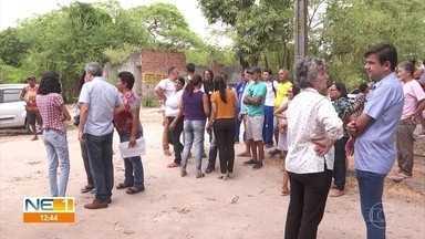 Juiz vistoria obras de UPA no Poço da Panela, no Recife - Moradores reclamam que estão há quatro anos esperando por unidade de saúde no bairro.
