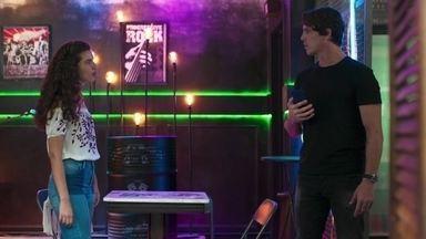 Rita cobra explicações de Rui - A menina fica desconfiada de como o Juiz descobriu a separação dos pais de Felipe