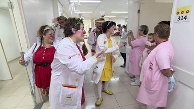 Conheça a parceria entre a ONG Doutores da Alegria e o Banco do Brasil - Para que o grupo se dedique 100% ao trabalho nos hospitais, o banco oferece serviços de uma agência empresa.