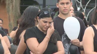 Educadores fazem passeata em apoio a professora agredida por mãe de aluno em Eldorado - A agressão aconteceu na EMEF Prof.ª Maria Salete Pedroso Ferreira, na Vila Vicentina.