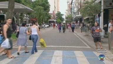 Comércio funciona em horário estendido para vendas de Natal - O comércio da maioria das cidades da região está funcionando até mais tarde neste sábado (14).