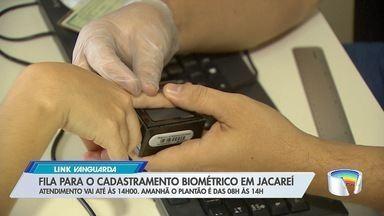 Moradores fizeram fila para cadastramento biométrico em Jacareí - Cartório eleitoral faz plantão nesse sábado e domingo.