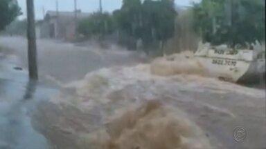 Chuva transforma rua em rio e alaga casa em bairro de Jaú - A chuva do começo da noite de sexta-feira (13) causou transtornos para os moradores da Rua Egidio Regis Matielo, no Jardim Itatiaia, em Jaú (SP).