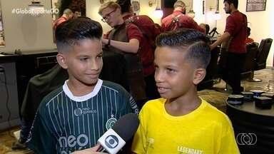 Garotada do Setor Pedro Ludovico capricha no visual antes da final da Taça das Favelas - Crianças que lutam para ter melhores condições de trabalho ganham dia de beleza em barbearia de Goiânia.
