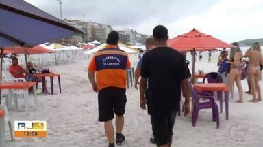 Carrinhos de ambulantes são fiscalizados na Praia do Forte, em Cabo Frio, no RJ - Uso de botijão de gás nas praias passou por regulamentação e ambulantes têm que seguir regras.