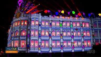 Espetáculo de natal do Palácio Avenida encanta turistas e moradores em Curitiba - Desde 1991, milhares de pessoas se reúnem para acompanharem o espetáculo no centro da capital.