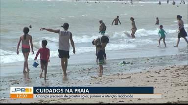 Curta as praias com segurança - Crianças precisam de protetor solar, pulseira e atenção redobrada.