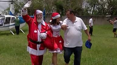 Comerciante de Biritiba Mirim mantém tradição de realizar festa de Natal para crianças - Ele chega de helicóptero vestido de papai noel.