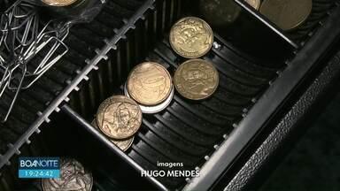 Prêmio em troca de moedas - Em alguns mercados de Cascavel o cliente que deixar moedas concorre a prêmios e ganha brindes