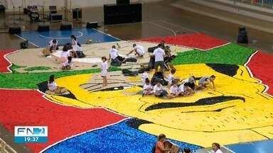 Artista busca bater recorde mundial de mosaico com tampinhas plásticas - Voluntários participam da atividade em Presidente Prudente.