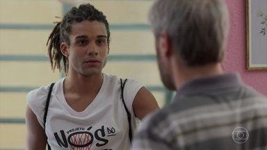 Waguinho conversa com Tonho - O irmão da Paloma diz o garoto não é culpado de nada