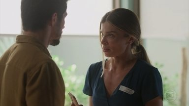 Paloma teme o pior ao saber que Elias está sozinho com seus filhos - undefined