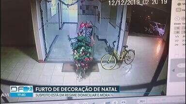 Polícia já tem suspeito de furtar árvore de Natal na Asa Sul - Homem é morador da 412 Sul, cumpre pena em regime domiciliar, mas é dependente químico e está em situação de rua. A polícia acredita que ele também furtou um Papai Noel em outra quadra da Asa Sul horas depois.
