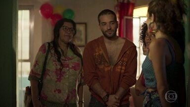 Lurdes apresenta Sandro aos filhos - Érica desconfia do rapaz e toma bronca da mãe