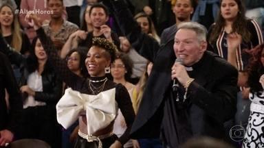 Padre Marcelo Rossi canta sucessos de sua carreira - Plateia participa na coreografia