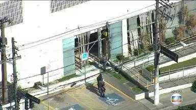 Bandidos explodem caixas eletrônicos em uma agência bancária de São Paulo - A polícia chegou e houve tiroteio, mas a quadrilha conseguiu fugir. Um suspeito está detido; polícia segue procurando os outros criminosos.