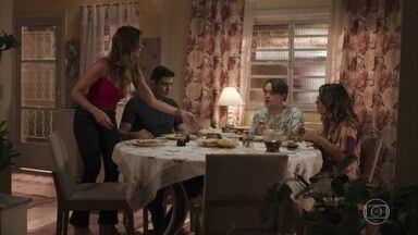 Marco sente falta de Anjinha durante o jantar - O policial garante que a greve de fome de sua filha vai acabar