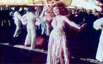 Confira o clipe da cantora Charo - A cantora Charo chegou a aprender violão clássico, mas ficou famosa mesmo pelo seu jeito sexy de cantar. Veja o clipe da música 'Dance a Little bit closer', que é tipo discoteca com um toque espanhol.