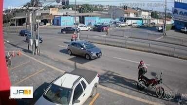 Carro faz conversão proibida e é atingido por carro na Avenida Anhanguera, em Goiânia - Batida deixou três feridos, que foram levados para o Hugol.