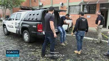 Polícia prende seis pessoas em operação contra o tráfico de drogas - Drogas, dinheiro e celulares também foram apreendidos em três vilas de Ponta Grossa