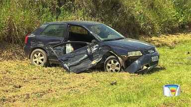 Três ficam feridos após acidente na Floriano Rodrigues Pinheiro em Tremembé - Dois carros bateram na rodovia, na altura do Km 15, nesta terça-feira (17).