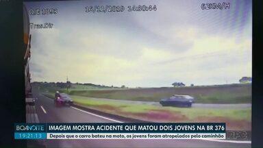 Imagem mostra acidente que matou dois jovens na BR-376 - Depois que o carro bateu na moto, os jovens foram atropelados pelo caminhão.