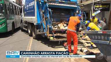 Destaques do dia: carga de caminhão arrasta fiação de rua no bairro de Pernambués - Confira este e outros destaques desta terça-feira (17).