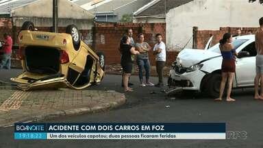 Acidente deixa duas pessoas feridas em Foz do Iguaçu - O acidente envolveu dois carros, um dos veículos capotou.