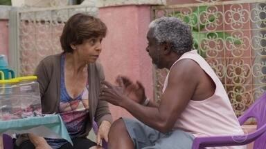 Terezinha e Fabrício estranham visita de Tadeu a Elias - O comparsa do ex-marido de Paloma intimida os vizinhos dela