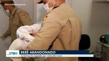 Bebê é jogado por cima de muro em Goiânia - A criança foi abandonada no Setor Jardim Planalto.