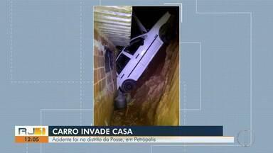 Carro invade casa e deixa duas pessoas feridas em Petrópolis, no RJ - Caso aconteceu na noite desta terça-feira (17).