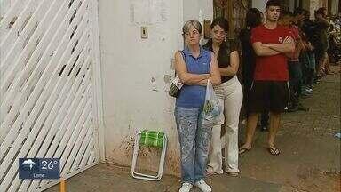 Eleitores madrugaram para fazer a biometria em Araraquara - Hoje é o último dia para fazer o cadastramento.
