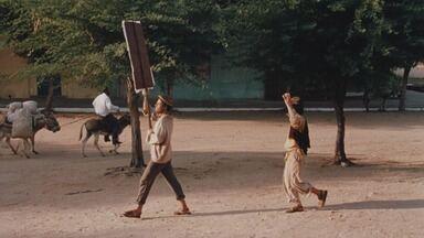 O Testamento da Cachorra - Chicó e João Grilo vão trabalhar na padaria de Eurico. Chicó se envolve com a mulher do patrão e João tem a missão de convencer o padre a realizar o velório de sua cachorra.