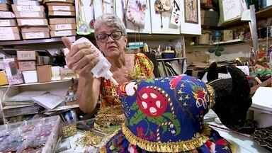 Artesã produz peças para Natal dos Folguedos, em Maceió - A festa popular de fim de ano é tradição em Maceió e tem a cara do artesanato brasileiro.