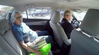 Startup cria aplicativo de transporte para idosos e pessoas com dificuldade de mobilidade - Os profissionais que atendem através do aplicativo são mais do que motoristas. Eles podem acompanhar o cliente em qualquer atividade. Como atendem pessoas que precisam de cuidados especiais, passam por treinamento e até entrevista com psicóloga.
